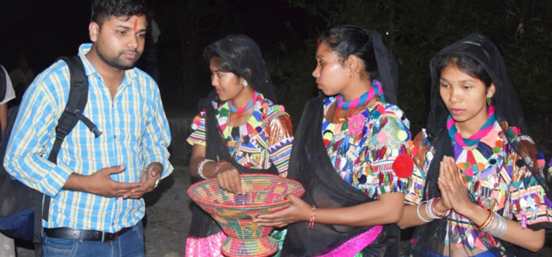 परम्परागत पहिरन बनाउन सिक्दै राना थारु युवती