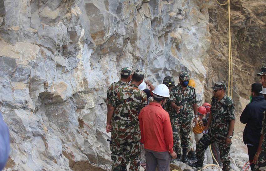 सहीद मार्गमा कडा चट्टान फोर्दै नेपाली सेना
