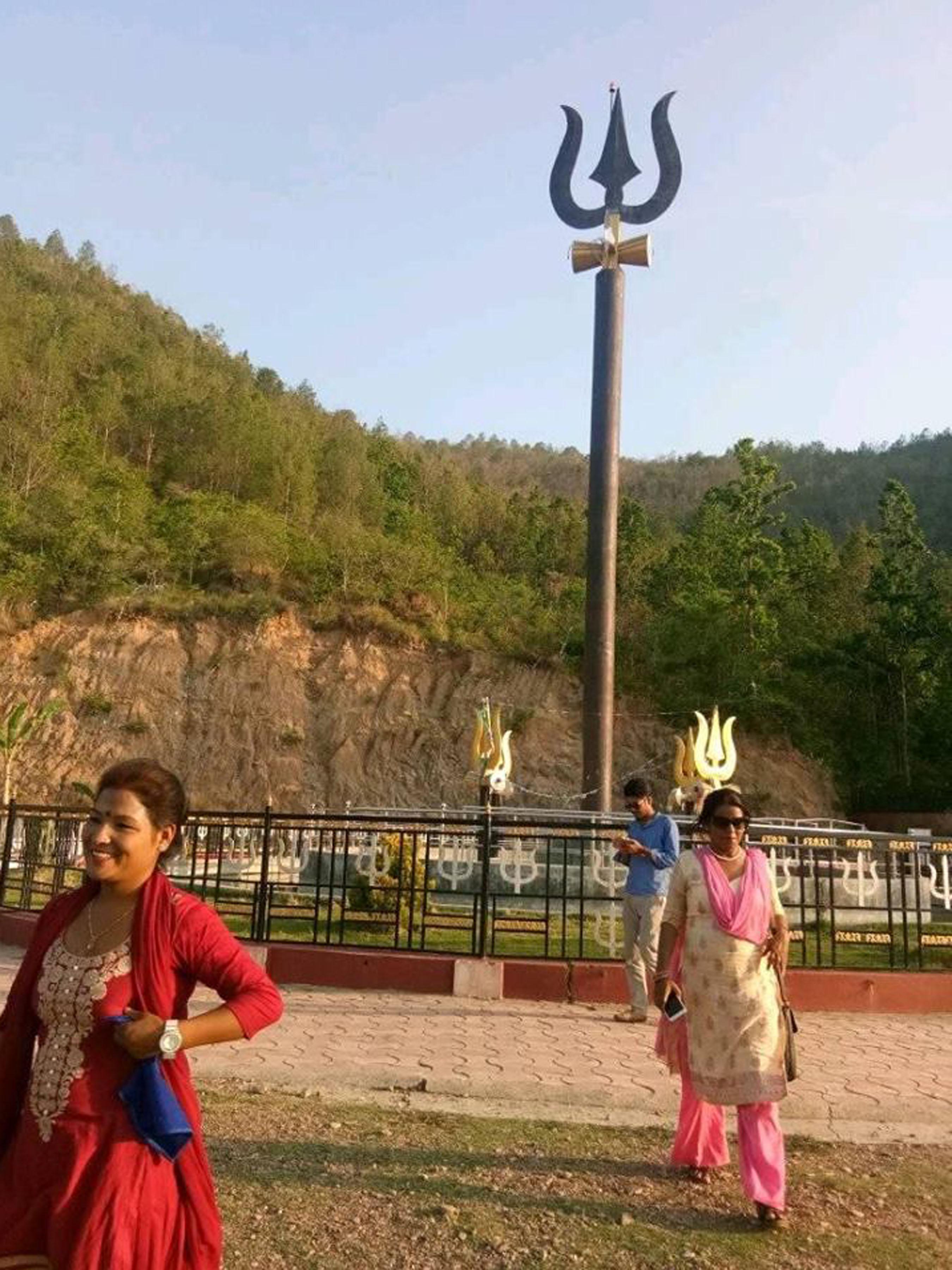 दाङको धारापानीमा सबैभन्दा ठूलो 'त्रिशुल'
