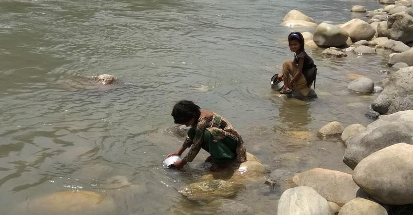 खानेपानीको विकल्प नहुँदा एक दशकदेखि नदीको पानी पिउँदै