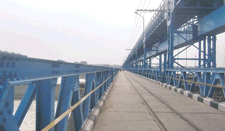 नदीमा पानीको बहाव बढेपछि महाकाली पुलमा सवारीसाधनलाई रोक