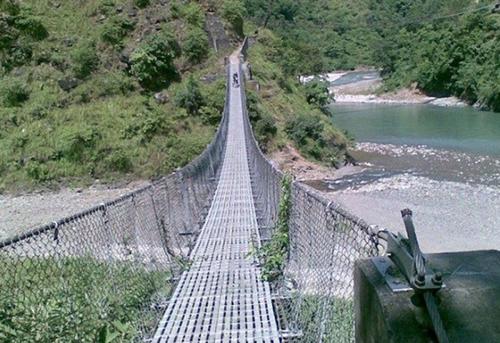 झोलुङ्गे पुल जीर्ण भएपछि बढ्यो जोखिम