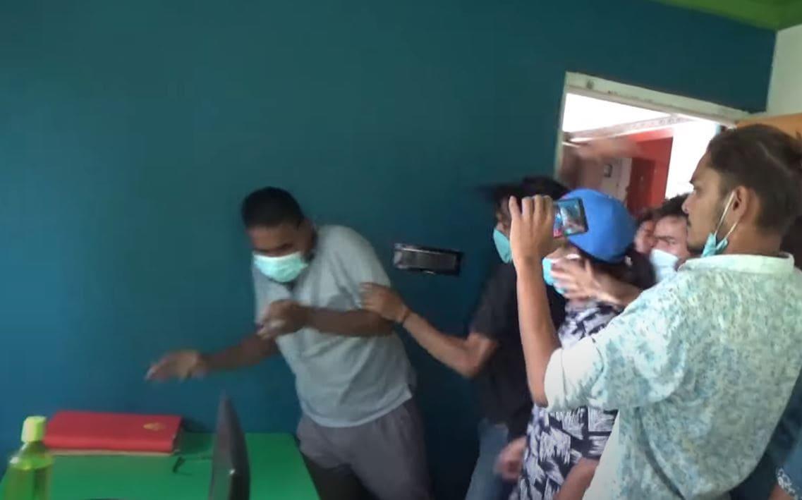 दिनेश सञ्चार गृहको समाचार कक्षमै कुटिए पत्रकार (भिडियोसहित)