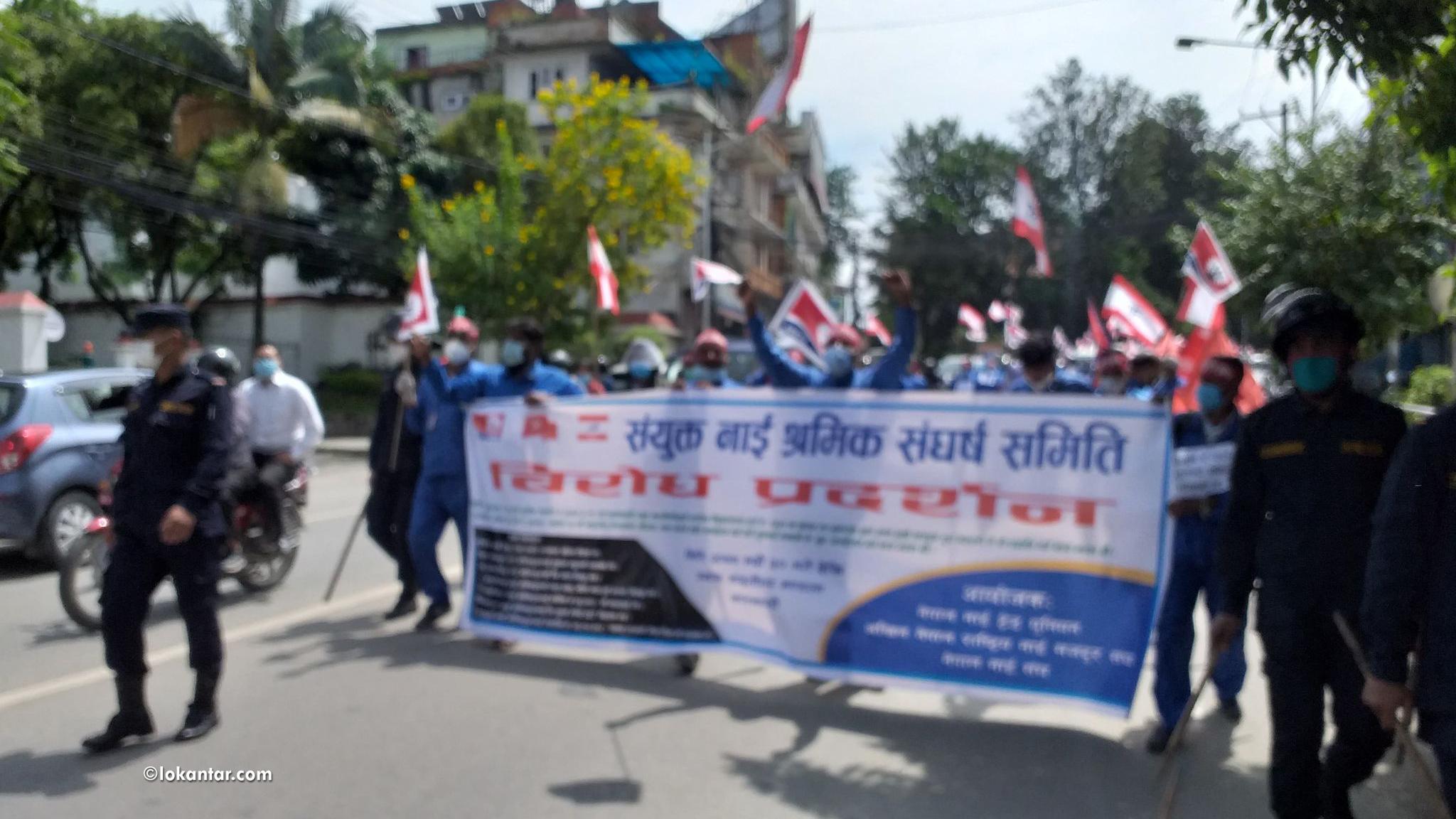 सरकारविरुद्ध चर्को नाराबाजी गर्दै राजधानीमा नाई श्रमिकको विरोध जुलुस