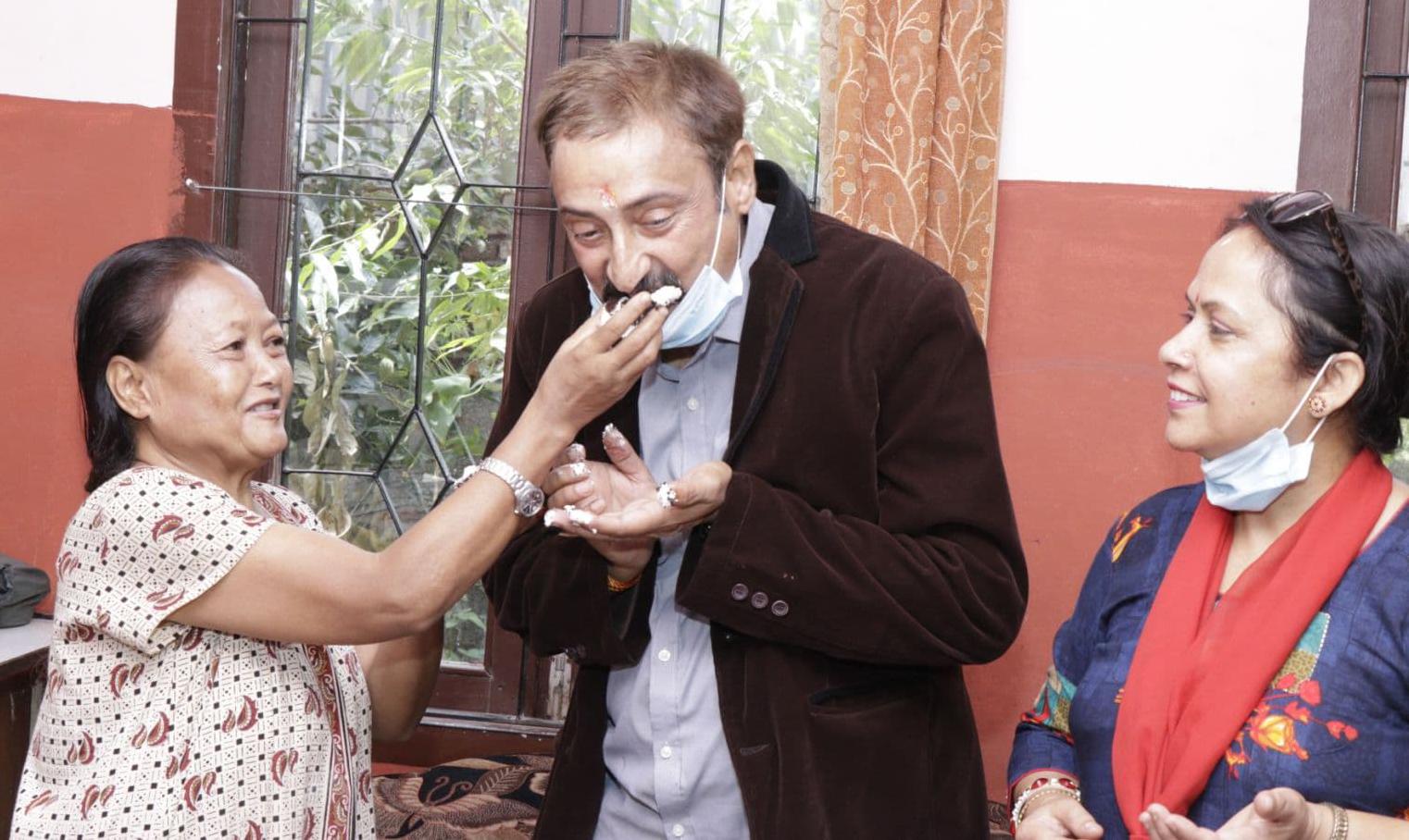 जन्मदिन मनाउन 'आमाघर'मा पुगे गायक सीताराम