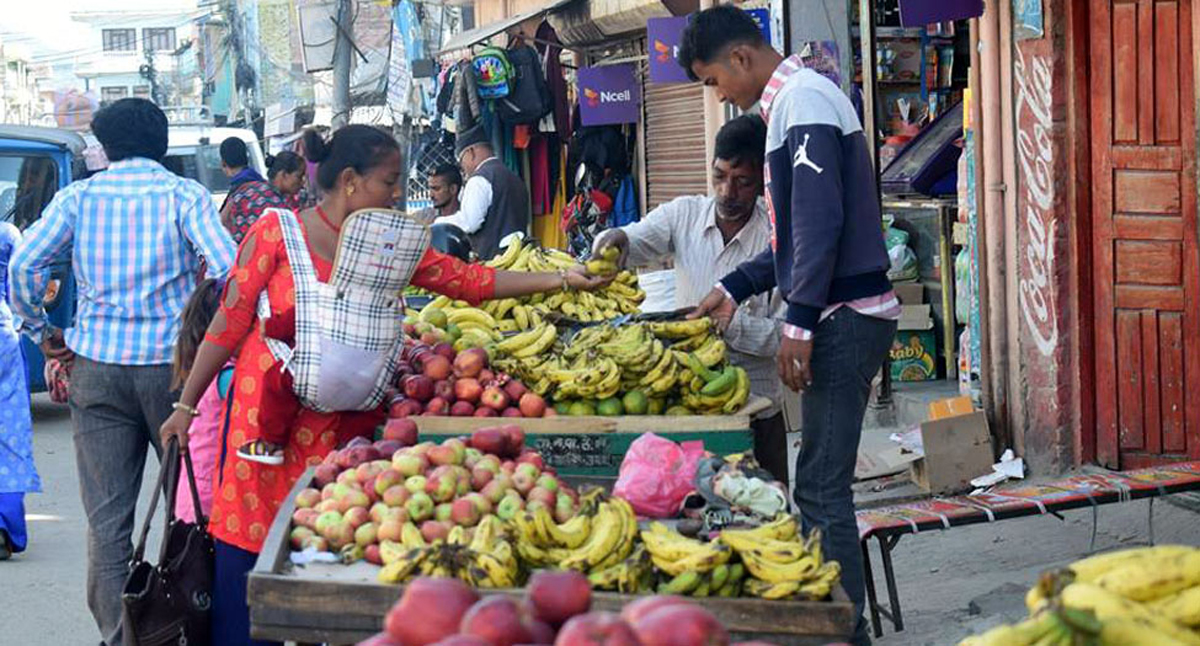 नेपालगन्जको फुटपाथ, 'हिँड्न कि व्यापार गर्न ?'