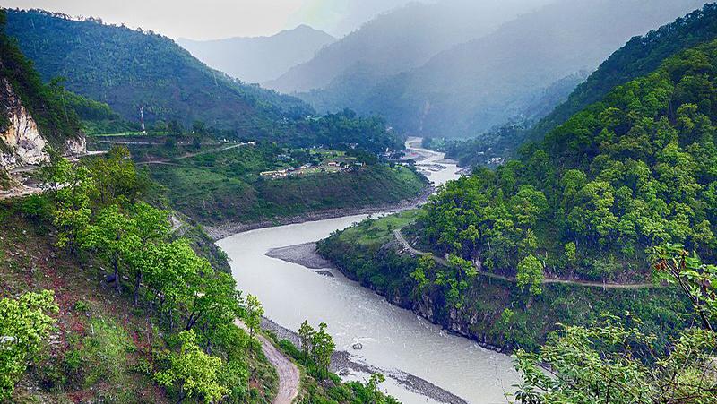 कोरोनाले पुल बन्द भएपछि मध्यरातमा नदी तरेर भारत पस्छन् नेपाली
