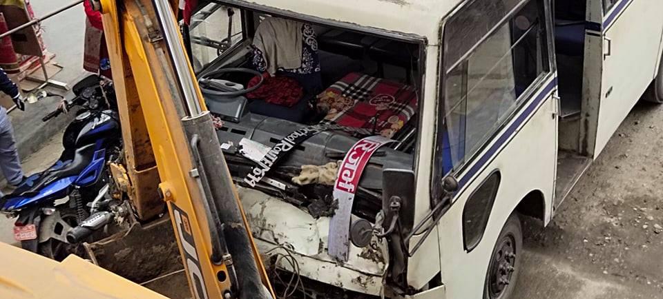 चितवनको रत्ननगरमा मिनिबस र मोटरसाइकल ठोक्किँदा २ जनाको मृत्यु