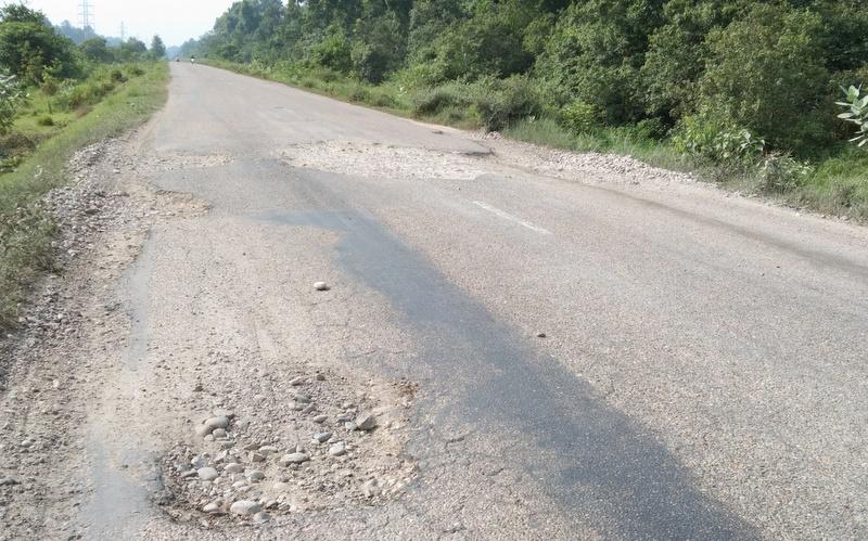 पूर्व–पश्चिम राजमार्गको बर्दिया सडक खण्ड मर्मत गरिँदै
