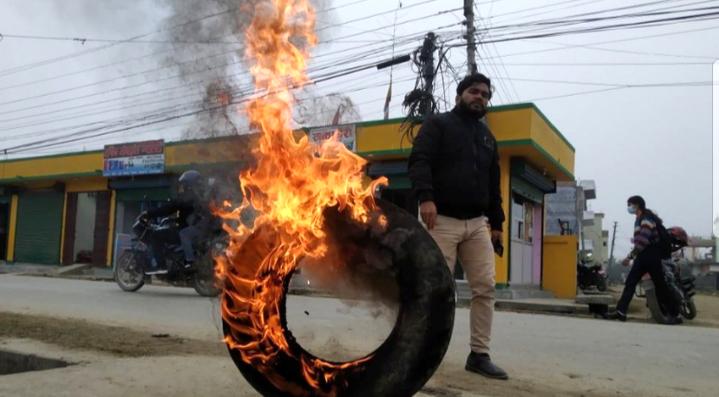 चितवनमा प्रधानमन्त्री ओलीका विरुद्ध टायर बालियो