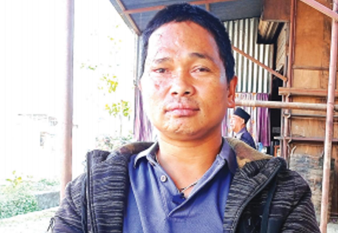 आफ्नै मृत्यु दर्ता प्रमाणपत्र लिएर कार्यालय धाउँदैछन् तामाङ