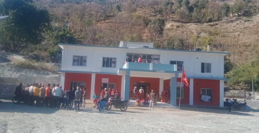 खानेपानी, बाटोघाटो र विद्युतको माग राख्दै स्थानियद्धारा नगरपालिकामा प्रर्दशन