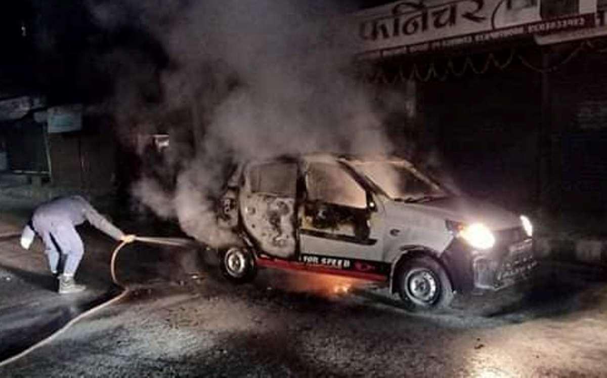 काठमाडौंको गोंगबुमा ट्याक्सीमा आगजनी, बन्द गराउँदै हिड्ने ५६ जना प्रहरी नियन्त्रणमा
