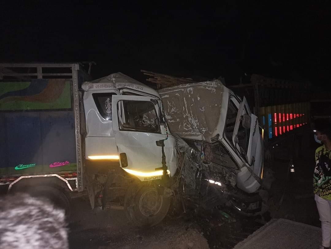 नवलपरासीमा दुईवटा ट्रक आपसमा ठोक्किँदा दुई चालकको मृत्यु