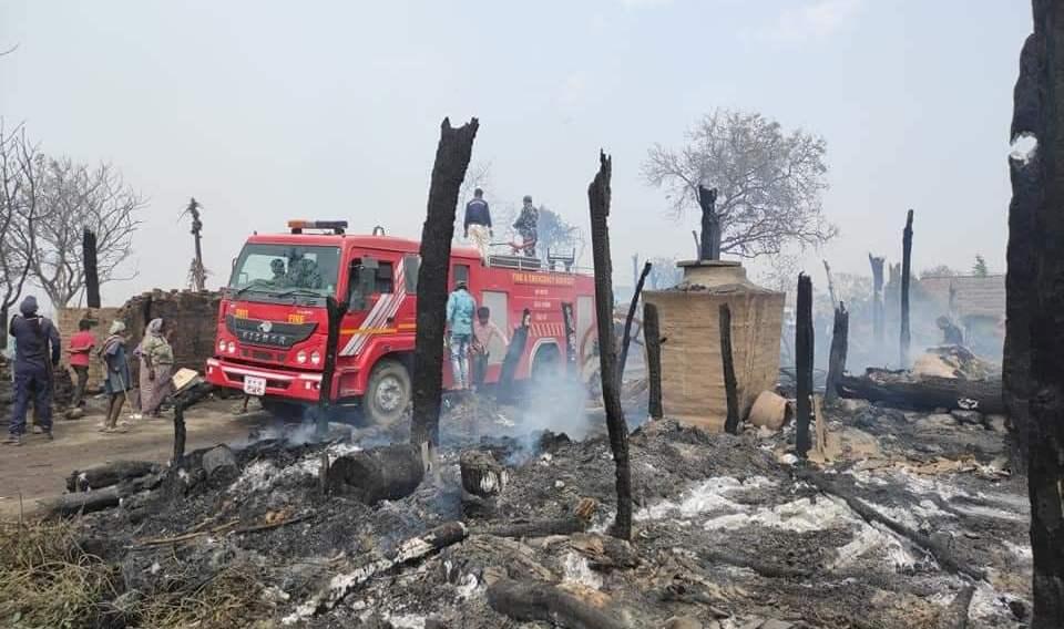 नरैनापुरको सुइँयामा भिषण आगलागी, २५ घर जलेर नष्ट