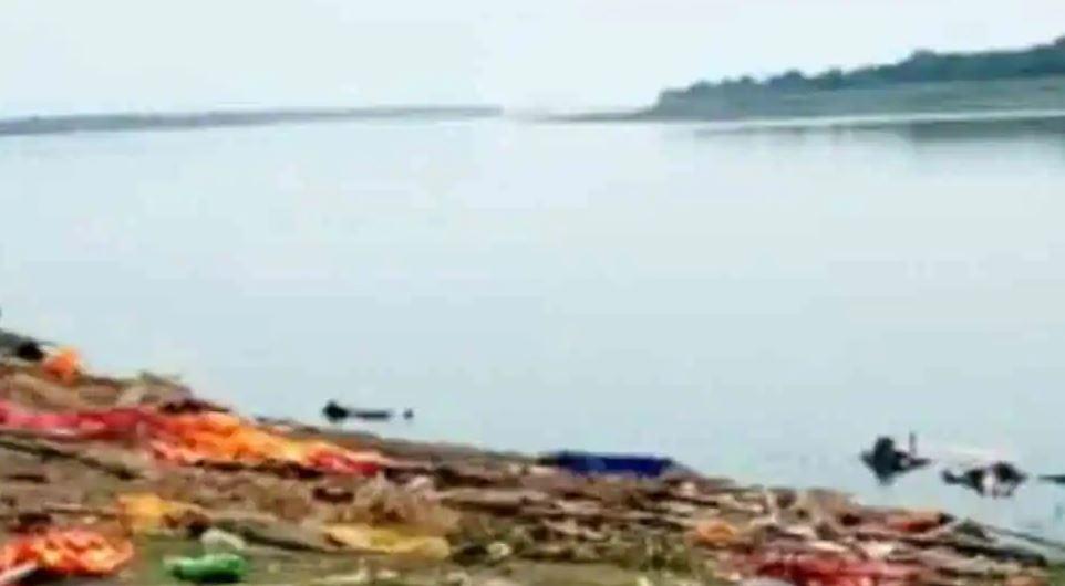 भारतको गंगा नदीमा झण्डै एक सय जनाको शव भेटियो