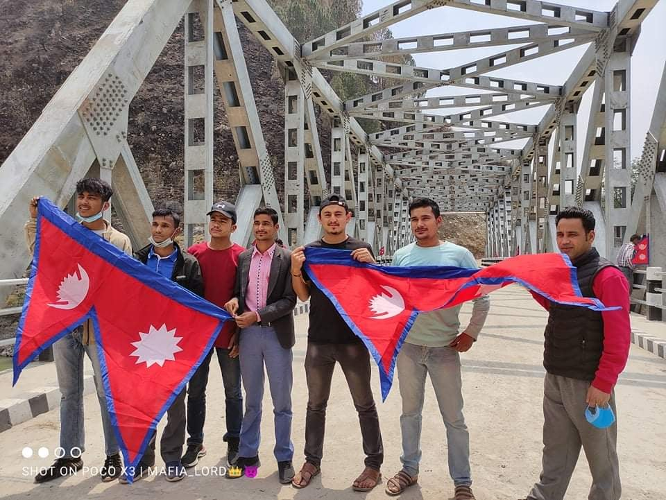 बझाङको मोटरेवल पुलमा राष्ट्रिय झन्डा राखिए