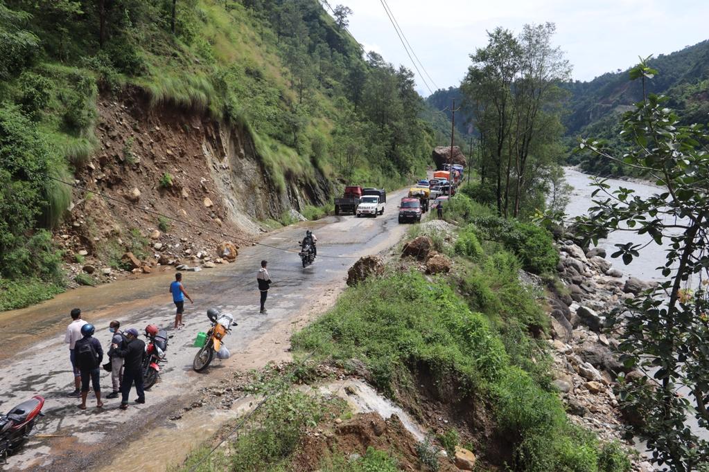 मध्यपहाडी लोकमार्गको पर्वत खण्ड अवरुद्ध